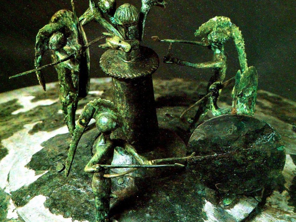 Museo_Archeologico_Nazionale_delle_Marche_-_coperchio_piceno_con_guerrieri_intorno_al_totem_(particolare)
